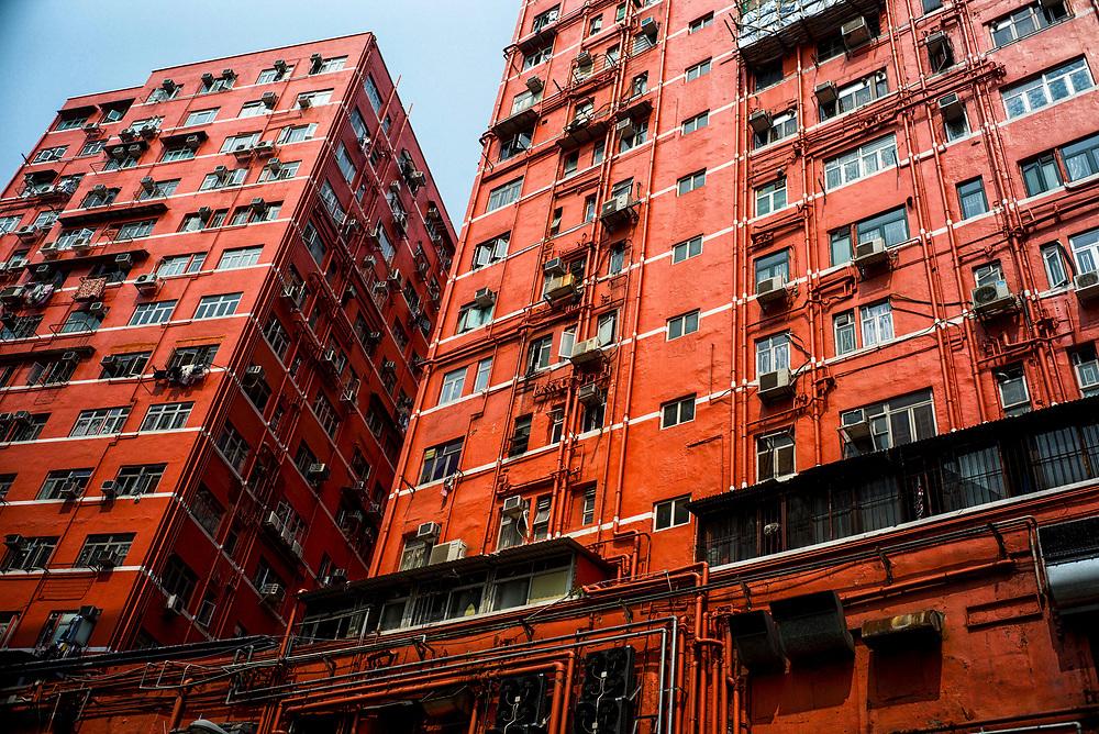 Hong Kong | 06.05.2017: Hong Kong <br /> <br /> hier: Rot gestrichenes Wohnhaus<br />  <br /> Sascha Rheker<br /> 20170506<br /> <br /> [Inhaltsveraendernde Manipulation des Fotos nur nach ausdruecklicher Genehmigung des Fotografen. Vereinbarungen ueber Abtretung von Persoenlichkeitsrechten/Model Release der abgebildeten Person/Personen liegt/liegen nicht vor.]