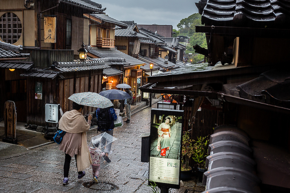 The traditional shooping streets of Higashiyama, that normally are crowded with tourists, take on a more peaceful atmosphere when it rains