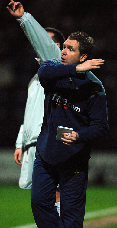 Photo: Paul Greenwood.<br />Preston North End v Norwich City. Coca Cola Championship. 20/02/2007. Norwich manager Peter Grant issues instructions to his team