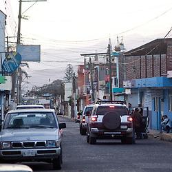 Circa venti uomini della polizia comunitaria appostati sotto sospetto rifugio di templari.