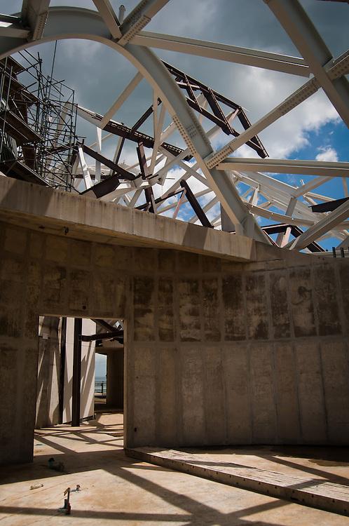 CONSTRUCCION DEL BIOMUSEO (Edificio Puente de Vida)<br /> Photography by Aaron Sosa<br /> Panama City, Panama 2011<br /> (Copyright © Aaron Sosa)