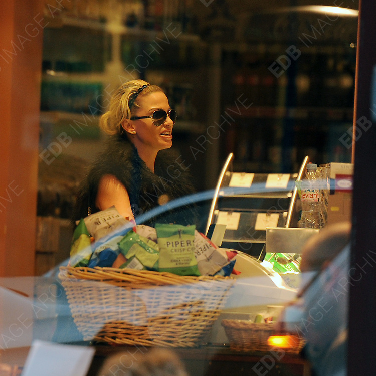 28.FEBRUARY. LONDON<br /> <br /> SARAH HARDING GETTING A COFFEE WHILST OUT AND ABOUT IN PRIMROSE HILL. <br /> <br /> BYLINE: EDBIMAGEARCHIVE.COM<br /> <br /> *THIS IMAGE IS STRICTLY FOR UK NEWSPAPERS AND MAGAZINES ONLY*<br /> *FOR WORLD WIDE SALES AND WEB USE PLEASE CONTACT EDBIMAGEARCHIVE - 0208 954 5968*