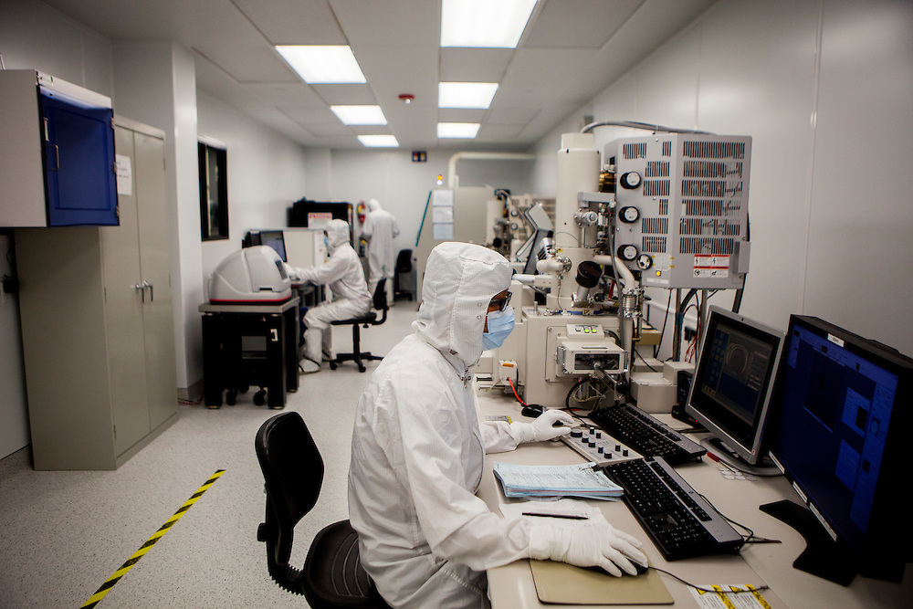 Researchers with Ostendo Technologies, Inc. work in a nanotechnology lab to manufacture Quantam Photonic Imager chips that can produce holograms or be used in mobile projectors in Carlsbad, California, U.S. on Thursday May 29, 2014. CREDIT: Sam Hodgson for The Wall Street Journal<br /> NEXTINTECH