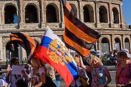Roma 9 Maggio 2015<br /> La comunità russa a Roma a celebrato il 70° anniversario della  vittoria sulla Germania nazista nella guerra del 1941-1945,  al Colosseo. La bandiera russa  e il nastro di San Giorgio (i cui colori sono arancione e nero) utilizzato dalla Milizia del Donbass .<br /> Rome, May 9, 2015<br /> The Russian community in Rome to celebrate the 70th anniversary of victory over Nazi Germany in the war of 1941-1945, in front of the Colosseum.The Russian flag and the Ribbon of Saint George (whose colors are Orange and Black) used by the Donbass People's Militia.