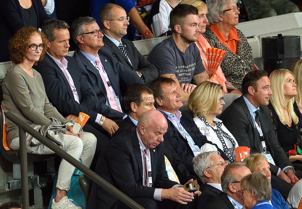 04-10-2015 NED: Volleyball European Championship Final Nederland - Rusland, Rotterdam<br /> Nederland verliest kansloos met 3-0 van het sterke Rusland / Gido Vermeulen bekijkt de finale