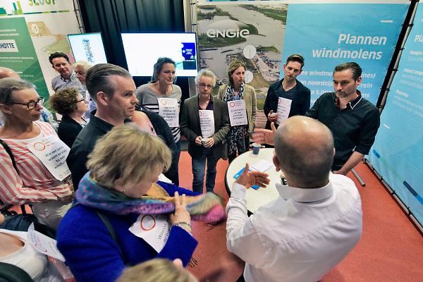 Nederland, Weurt, 17-4-2018Zo'n 25 Weurtenaren hadden een vraag op hun borst gespeld om die voor te leggen aan de vertegenwoordigers van Engie tijdens de inloopavond over de voorgenomen bouw van twee windmolens op het terrein van de kolengestookte elektriciteitscentrale die nu wordt gesloopt . Het dorp Weurt ligt onder de rook van die centrale en de ARN, de regionale vuilverbranding Nijmegen . Zij ervaren hiervan veel overlast en er zijn al jaren veel gezondheidsklachten .Zij vrezen dat die door de bouw van windmolens blijft bestaan .Foto: Flip Franssen