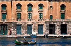 MALTA VALETTA JUL00 - A daisa passes the Old Customs House in the port of Valetta.....jre/Photo by Jiri Rezac....© Jiri Rezac 2000....Tel:   +44 (0) 7050 110 417..Email: info@jirirezac.com..Web:   www.jirirezac.com