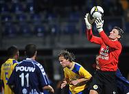 22-08-2008: Voetbal: RKC WAALWIJK:GO AHEAD EAGLES:WAALWIJK <br /> Doelman Zwarthoed is heer en meester in zijn strafschopgebied en plukt de bal uit de lucht boven Frank van Mosselveld<br /> Foto: Geert van Erven