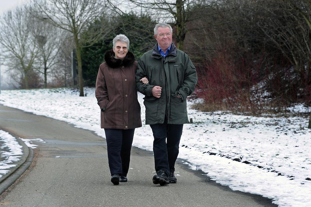 Nederland Almere 17 februari 2010.Patiënt mevr. Van Leent met haar man..Bij mevrouw van Leent is haar linker knie in het Flevoziekenhuis vervangen door een prothese. .Foto: Jan Boeve i.o.v  Mixe - medische marketing