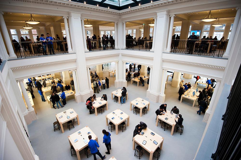 Nederland, Amsterdam, 5 maart  2012.Applecentre, Apple winkel op het Leidseplein.Ruim opgezette winkel in het vormalige Hirschgebouw. Alle producten van Apple kunnen uitgebreid worden bekeken en geprobeerd. Er is veel personeel...Foto (c): Michiel Wijnbergh