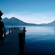 La fille &agrave; la cruche, Lac Atitl&agrave;n, Guatemala 2008.<br /> <br /> T&ocirc;t le matin, dans le village de Santa Catarina, sur les bords du Lac Atitlan, entour&eacute; de trois volcans, les femmes viennent chercher de l'eau pour la lessive.