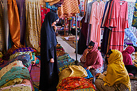 Sultanat d'Oman, gouvernorat de Ash Sharqiyah, Sinaw, marché aux tissus // Sultanate of Oman, Al Sharqiya Region, Sinaw, textile  market
