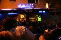 Feature WM          Argentinische Fans schauen im Cafe Sur in der koelner Suedstadt die Partie Argentinien gegen Holland.