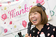 Konstnären Megumi Igarashi, som sedan fem år tillbaka går under pseudonymen Rokudenashiko under föreläsning och boksignering. Tokyo, Japan.