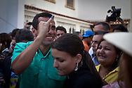 El candidato opositor, Henrique Capriles Radonski comparte con sus simpatizantes luego de ejercer su voto durante las elecciones primarias realizadas en Caracas, Venezuela, 12 Feb. 2012. (Foto/ivan gonzalez)