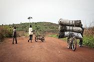 Repubblica Democratica del Congo e Repubblica Centrafricana, 2012<br /> Lavorare in Africa<br /> Trasportatori di carbone e paglia nel villaggio di Zongo, in RDC<br /> <br /> Democratic Republic of Congo and Central African Republic, 2012<br /> Working in Africa<br /> Carriers of carbon and straw in the town of Zongo, in DRC