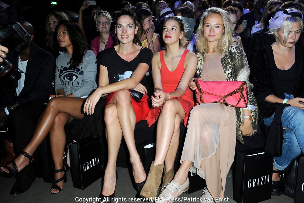 Amsterdam Fashion Week  zomer 2014 - catwalk Marga Weimans in de Gashouder, Amsterdam.<br /> <br /> Op de foto:  Front Row met Anna Drijver en Carolien Spoor