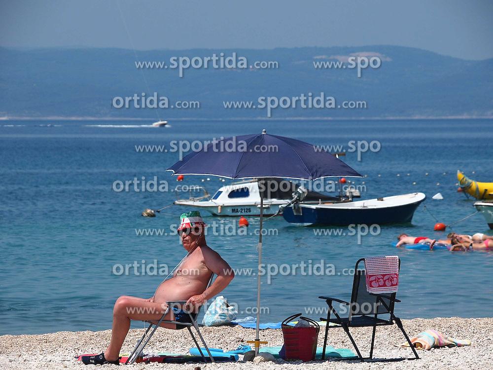 THEMENBILD - hunderte Strandbesucher an der kroatischen Adriak&uuml;ste nutzen die Warmwetter Phase der letzten Tage f&uuml;r ein ausgiebiges Sonnenbad am Strand und im Warmen Wasser der Adria. Aufgenommen am 7. Juni 2015 in Makarska. Kroatien // Visitors of the city beach enjoying warm weather, sun and sea Makarska, Croatia on 2015/06/07. EXPA Pictures &copy; 2015, PhotoCredit: EXPA/ Pixsell/ Toni Katic<br /> <br /> *****ATTENTION - for AUT, SLO, SUI, SWE, ITA, FRA only*****