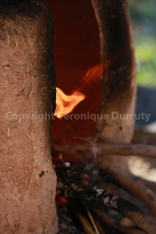 fabrication du pain dans le four traditionnel, Skoura, Maroc  / / Making the bread in the tradiional oven, Skoura, Morocco