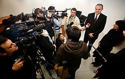 PRISTINA, KOSOVO - DECEMBER 14 - Dusan Mitic, predsednik uprave IPKO in podpredsednik Telekoma Slovenije ter Gordana Kovacevic, predsednica podjetja Ericsson Nikola Tesla iz Zagreba, predsatvljata novinarjem in slovenski delegaciji delovanje mobilnega operaterja IPKA, ki deluje na opremi Ericsson. Obenem sta podpisala pogodbo o dobavi opreme.