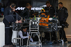 October 18, 2018 - Austin, United States - McLaren Renault MCL33 mechanics working on the car in the garage, box, during the 2018 Formula One World Championship, United States of America Grand Prix from october 18 to 21 in Austin, Texas, USA -  /   Motorsports: FIA Formula One World Championship; 2018; Grand Prix; United States, FORMULA 1 PIRELLI 2018 UNITED S GRAND PRIX , Circuit of The Americas  (Credit Image: © Hoch Zwei via ZUMA Wire)