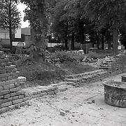 NLD/Huizen/19910514 - Muur om de Oude Kerk aan de Kerkstraat in Huizen gerestaureerd