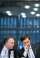 Nederland. Den Haag, 14 oktober 2008.<br /> Minister Wouter Bos van Financienen minister-president Jan Peter Balkenende in de Thorbeckezaal bij een algemeen overleg met Kamerleden inzake de kredietcrisis.<br /> Foto Martijn Beekman<br /> NIET VOOR PUBLIKATIE IN LANDELIJKE DAGBLADEN.