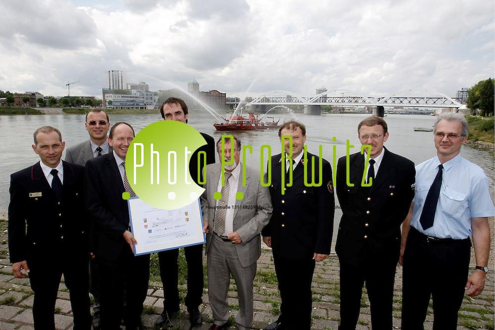 Mannheim. Sp&permil;testens Ende 2010 soll das neue Feuerl&circ;schboot &Ntilde;Metropolregion 1&igrave; in Dienst gestellt werden. Der Fertigungsvertrag mit der Werft in Neckarsteinach wurde unterzeichnet. Insgesamt habe man Beschaffungskosten von 2,5 Millionen kalkuliert, von denen die Stadt Mannheim und das Land Baden-W&cedil;ttemberg 1.100.000 Euro, die BASF 800.000 Euro, das Land Rheinland-Pfalz 500.000 Euro und der AGV Chemie Rheinland-Pfalz 100.000 Euro tragen.<br /> <br /> <br /> Bild: Markus Proflwitz / masterpress /  <br /> <br /> ++++ Archivbilder und weitere Motive finden Sie auch in unserem OnlineArchiv. www.masterpress.org oder &cedil;ber das Metropolregion Rhein-Neckar Bildportal   ++++