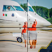 Kommunikasjon mellom flyvertinne og pilot på en flyplass i Mexico City. Flytrafikk er sterkt økende verden over. Kommersiell flytrafikk sto for syv prosent av CO₂-utslippene i 2006 og er ventet å nå femten prosent innen 2050. I 2014 truet miljøorganisasjonene CBD og Friends of the Earth med å saksøke det amerikanske miljøverndepartementet, EPA,  dersom de ikke kom med utslippskrav til flybransjen . Det har satt fart på EPA, og i juni kom de med forslag til nye reguleringer . EU forsøkte å innføre utslippskrav og såkalt «cap and trade» for flybransjen i 2008, men feilet. EPA sitt forslag til utslippskrav kommer ventelig til å bli adoptert også av EU. Veien dit er lang og bratt. Nye regler kommer neppe til å gjelde før 2018, og i mellomtiden har USA fått en ny president. I mellomtiden jobber flyprodusentene selv med å minske skadevirkningene fra bransjen. Boeing har som mål å bruke minst en prosent biobrennstoff innen 2016 . Tallet er lite, men et skritt i riktig retning. Airbus jobber i samme retning  og samarbeider med blant annet Virgin for å finne måter å produsere biobrennstoff lokalt rundt omkring på kloden.