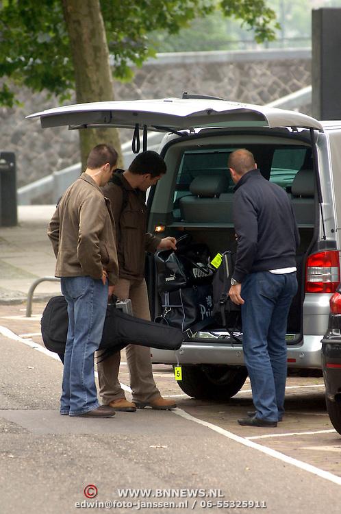 NLD/Amsterdam/20060625 - Robbie Williams verlaat het hotel in Amsterdam voor een laatste optreden van zijn show, beveiliging, bagage