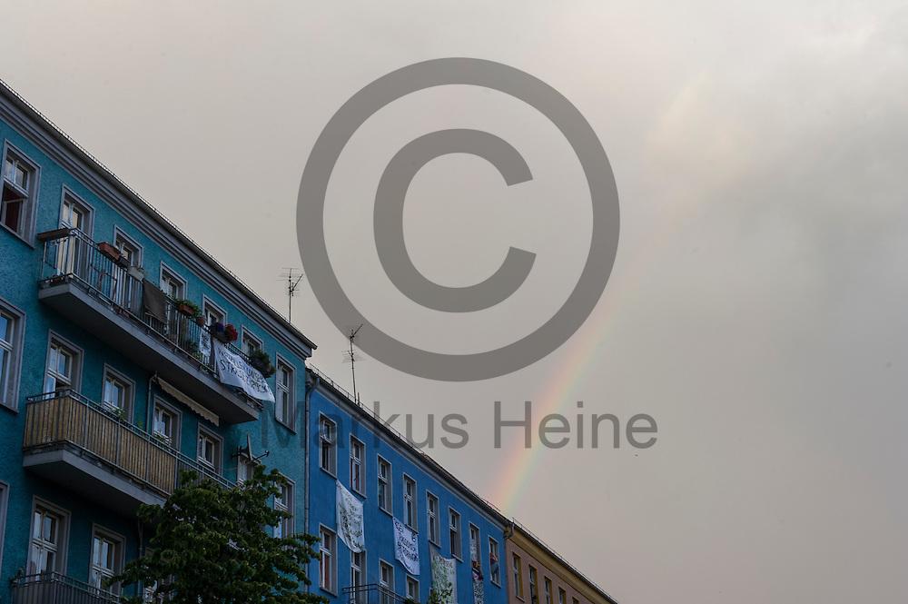 Ein Regenbogen scheint w&auml;hrend Demonstration auf dem Dorfplatz in der Rigaer Stra&szlig;e am 05.07.2016 in Berlin, Deutschland &uuml;ber dem besetzten Haus. Wegen des andauernden Polizeieinsatzes und der Teilr&auml;umung des besetzten Haus in der Rigaer Stra&szlig;e 94 gibt es in der Stra&szlig;e immer wieder Demonstrationen und Aktionen. Foto: Markus Heine / heineimaging<br /> <br /> ------------------------------<br /> <br /> Ver&ouml;ffentlichung nur mit Fotografennennung, sowie gegen Honorar und Belegexemplar.<br /> <br /> Bankverbindung:<br /> IBAN: DE65660908000004437497<br /> BIC CODE: GENODE61BBB<br /> Badische Beamten Bank Karlsruhe<br /> <br /> USt-IdNr: DE291853306<br /> <br /> Please note:<br /> All rights reserved! Don't publish without copyright!<br /> <br /> Stand: 07.2016<br /> <br /> ------------------------------