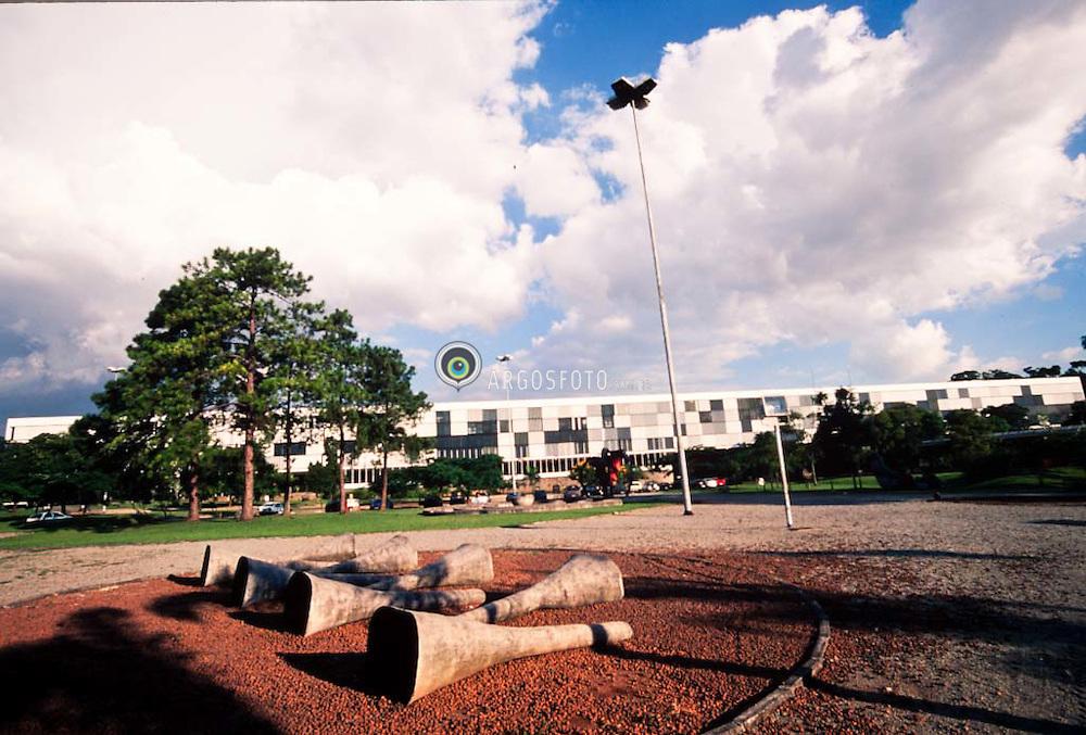 "Escultura: ""Sem titulo"" de Ives Machado no Parque do Ibirapuera. Sao Paulo, Brasil / Sculputure: ""Sem titulo"" by Ives Machado at Ibirapuera Park"