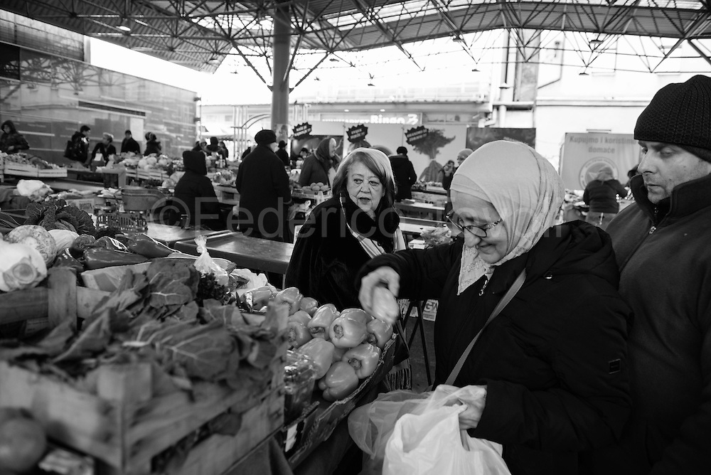 The area of ​​the fruits and vegetables of Markale now has a roof and is a peaceful of frutat and vegetables market. The bomb that fell Feb. 5, 1994 would have certainly not been blocked by the roof.