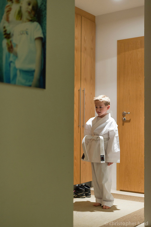 Ari Carl mátar Karate búninginn sem hann fékk í sjö ára afmælisgjöf.