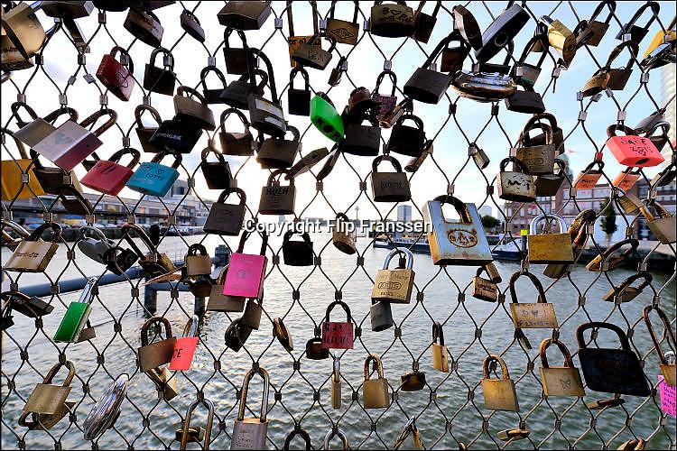 Nederland, Rotterdam, 20-9-2015Verliefde stelletjes, paren, paartjes, hebben liefdesslotjes gehangen aan de Rijnhavenbrug, ook wel de hoerenloper genoemd.. Foto: Flip Franssen/Hollandse Hoogte