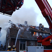 Brand in woning met rieten kap Groene Gerritsweg 17 Laren.ladderwagen, rook, wind