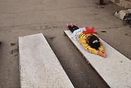 Mongolia. Ulaanbaatar. Gandan Monastery in Oulan Bator   / Monastère de Gandantegtchinlin à Oulan Bator . Mongolie.  Prosternation d'une jeune fille sur une planche à prière en ciment. Dès leur plus jeune âge, les enfants apprennent à se prosterner sur les planches à prières dans les monastères. Selon un rituel bien précis, ils vont d'abord joindre les mains devant la poitrine puis les élèver au-dessus de la tête, pour les redescendre en touchant le front, le cou, la bouche et enfin la poitrine. Ensuite ils vont plier les genoux et s'étaler , les bras bien en avant, tout le corps devant toucher le sol. Après quoi ils se relèvent et recommencent plusieurs fois de suite les mêmes mouvements, qui ont une signification symbolique particulière pour exprimer le voeu que formule le croyant dans le but d'atteindre le rang d'un Bouddha.   / G50/152    L920803a  /  P0002566