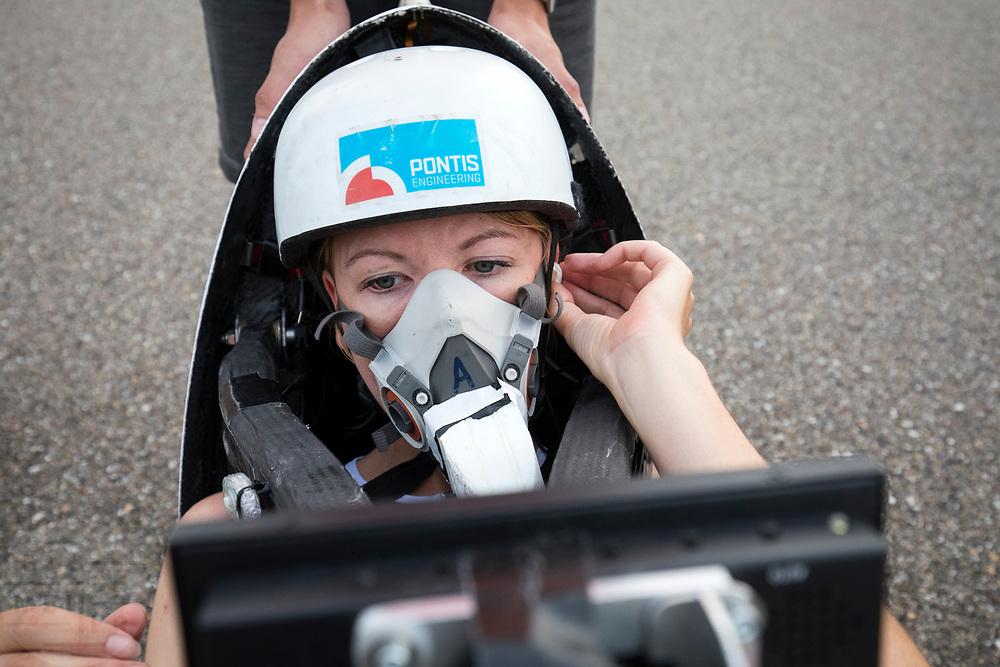 Aniek Rooderkerken zit klaar in de Velox 7. In Lelystad test het HPT voor de laatste keer de nieuwe fiets op de RDW baan. In september wil het Human Power Team Delft en Amsterdam, dat bestaat uit studenten van de TU Delft en de VU Amsterdam, tijdens de World Human Powered Speed Challenge in Nevada een poging doen het wereldrecord snelfietsen voor vrouwen te verbreken met de VeloX 7, een gestroomlijnde ligfiets. Het record is met 121,44 km/h sinds 2009 in handen van de Francaise Barbara Buatois. De Canadees Todd Reichert is de snelste man met 144,17 km/h sinds 2016.<br /> <br /> In Lelystad the team tests the new bike for the last time before the record attempts. With the VeloX 7, a special recumbent bike, the Human Power Team Delft and Amsterdam, consisting of students of the TU Delft and the VU Amsterdam, also wants to set a new woman's world record cycling in September at the World Human Powered Speed Challenge in Nevada. The current speed record is 121,44 km/h, set in 2009 by Barbara Buatois. The fastest man is Todd Reichert with 144,17 km/h.