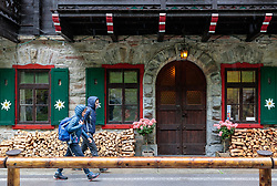 THEMENBILD - zwei Wanderer beim Alpenhaus Kesselfall Hotel, aufgenommen am 16. Juni 2017, Kaprun, Österreich // Two hikers at the Alpenhaus Kesselfall Hotel on 2017/06/16, Kaprun, Austria. EXPA Pictures © 2017, PhotoCredit: EXPA/ JFK