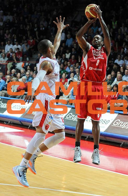 DESCRIZIONE : Varese Lega A 2012-13 Cimberio Varese Scavolini Banca Marche Pesaro<br /> GIOCATORE : Antwain Barbour<br /> SQUADRA : Scavolini Banca Marche Pesaro<br /> EVENTO : Campionato Lega A 2012-2013<br /> GARA :  Cimberio Varese Scavolini Banca Marche Pesaro<br /> DATA : 28/04/2013<br /> CATEGORIA : Tiro Three Points<br /> SPORT : Pallacanestro<br /> AUTORE : Agenzia Ciamillo-Castoria/A.Giberti<br /> Galleria : Lega Basket A 2012-2013<br /> Fotonotizia : Varese Lega A 2012-13 Cimberio Varese Scavolini Banca Marche Pesaro<br /> Predefinita :