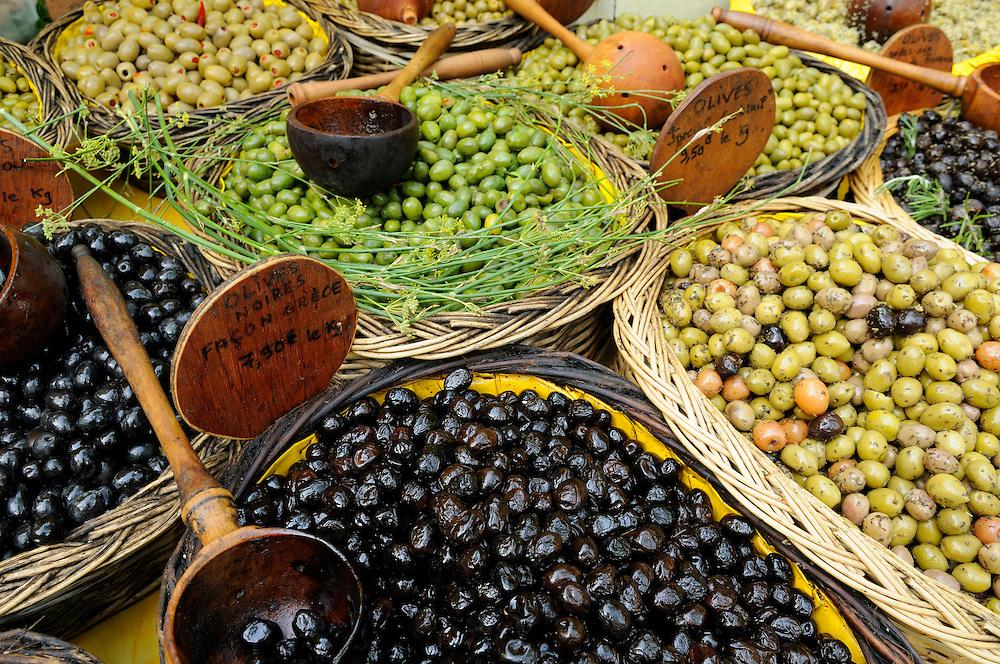 France, Languedoc Roussillon, Gard (30), Uzès, le marché, olives