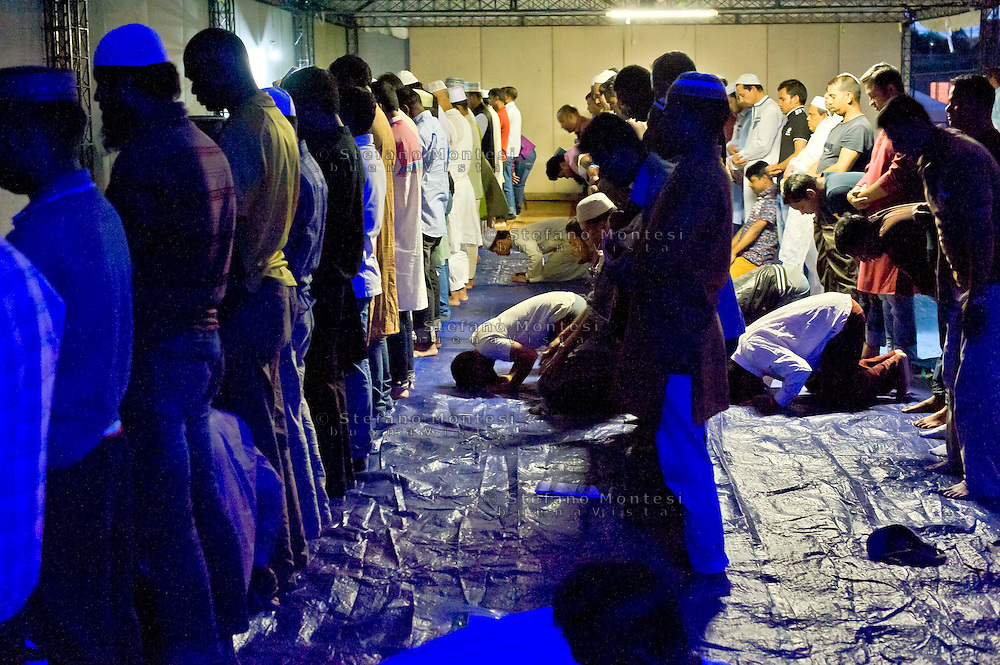 Roma 12 luglio 2014<br /> Immigrati del Bangladesh  durante Iftar, la cena per rompere il digiuno nel mese del Ramadan, pasto che unisce tutti i musulmani a tavola  dopo una lunga giornata  di digiuno, organizzato dall'associazione Dhuumcatu, al Campetto Casal Bertone,in Via Ettore Fieramosca- Roma.<br /> Rome July 12, 2014 <br /> Immigrants from Bangladesh during Iftar, the meal to break the fast during the month of Ramadan, the meal that unites all Muslims in the table after a long day of fasting, organized by Dhuumcatu, a Campetto Casal Bertone district, Via Ettore Fieramosca , Rome.