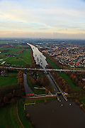 Nederland, Gelderland, Heumen, 15-11-2010;  sluis Heumen in het Maas-Waalkanaal (Nijmegen aan de horizon), waar slechts een boot tegelijk door kan..Lock Heumen in the Maas-Waal canal. Nijmegen in the back.  ..luchtfoto (toeslag), aerial photo (additional fee required).foto/photo Siebe Swart