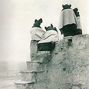 Hopi, Watching the Dancers, vers 1900<br /> de Edward S. CURTIS (p 34, Histoire de Voir vol 2)<br /> C&rsquo;est une &oelig;uvre &agrave; vocation ethnographique. Ce photographe a pass&eacute; sa vie a photographier les indiens d&rsquo;Am&eacute;rique. <br /> Ses photos sont parfois autant &eacute;nigmatiques qu&rsquo;informatives. Cela d&eacute;passe l&rsquo;ambition ethnologique pour projeter des images mentales &eacute;voquant la sagesse, la dignit&eacute;, le recueillement. <br /> Le photographe a volontairement pris les personnages de dos, pour donner un sentiment de l&rsquo;&eacute;nigme, qui sont ces hommes. On ne sait pas qui ils sont ni ce qu&rsquo;ils regardent.<br /> La photographie c&rsquo;est aussi cela. Ce n&rsquo;est pas toujours d&eacute;monstratif. Elle ne doit pas obligatoirement montrer fid&egrave;lement la r&eacute;alit&eacute; brute. C&rsquo;est cela aussi l&rsquo;&oelig;il du photographe. <br /> D&rsquo;autre part, les personnages semblent en &eacute;tat d&rsquo;apesanteur, perdus dans le ciel on a un sentiment de qui&eacute;tude et de s&eacute;r&eacute;nit&eacute;.