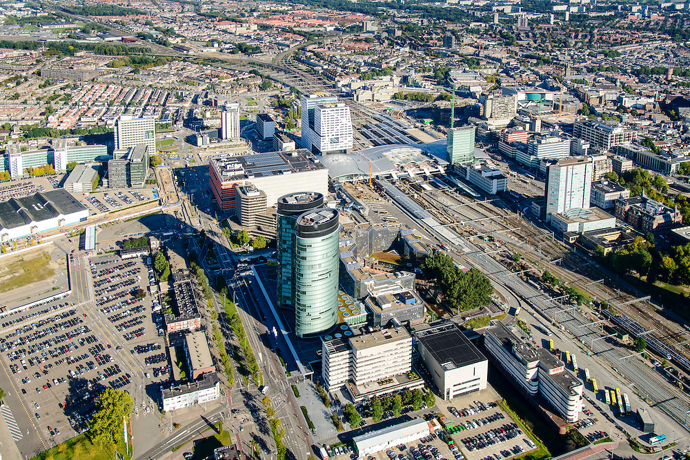 Nederland, Utrecht, Gemeente Utrecht, 30-09-2015;  Ontwikkeling van het Stationsgebied Utrecht - CU2030. Naast de nieuwe overkapping van het Centraal Station het stadskantoor, hoofdkantoor RABO in de voorgrond, Rabotoren. Hoog Catherijne en Catherijensingel.<br /> Developement of the new Station Area Utrecht with Central Station and Hoog Catherijne shopping mall, city centre. RABO headquarters.<br /> luchtfoto (toeslag op standard tarieven);<br /> aerial photo (additional fee required);<br /> copyright foto/photo Siebe Swart