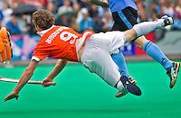 WASSENAAR - Bloemendaal aanvaller Ronald Brouwer schiet op doel maar zal dit keer niet scoren,  zondag tijdens de eerste finalewedstrijd hockey om het landskampioenschap tussen HGC en Bloemendaal (1-2).