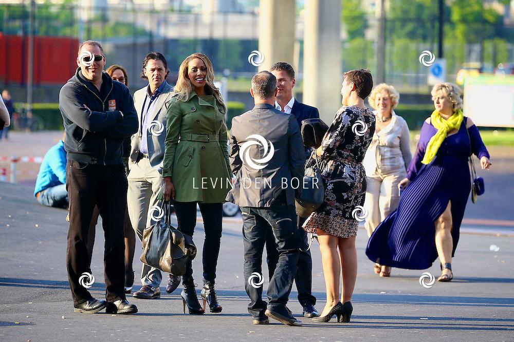 AMSTERDAM - Niet eerder trad de 71-jarige theaterdiva Barbra Streisand op in Nederland. Ze doet Nederland aan in het kader van haar tournee Barbra Streisand Live. Velen bekende Nederlanders kwamen natuurlijk hier een kijkje nemen. Met op deze foto  Glennis Grace met haar bodyguard. FOTO LEVIN DEN BOER - PERSFOTO.NU