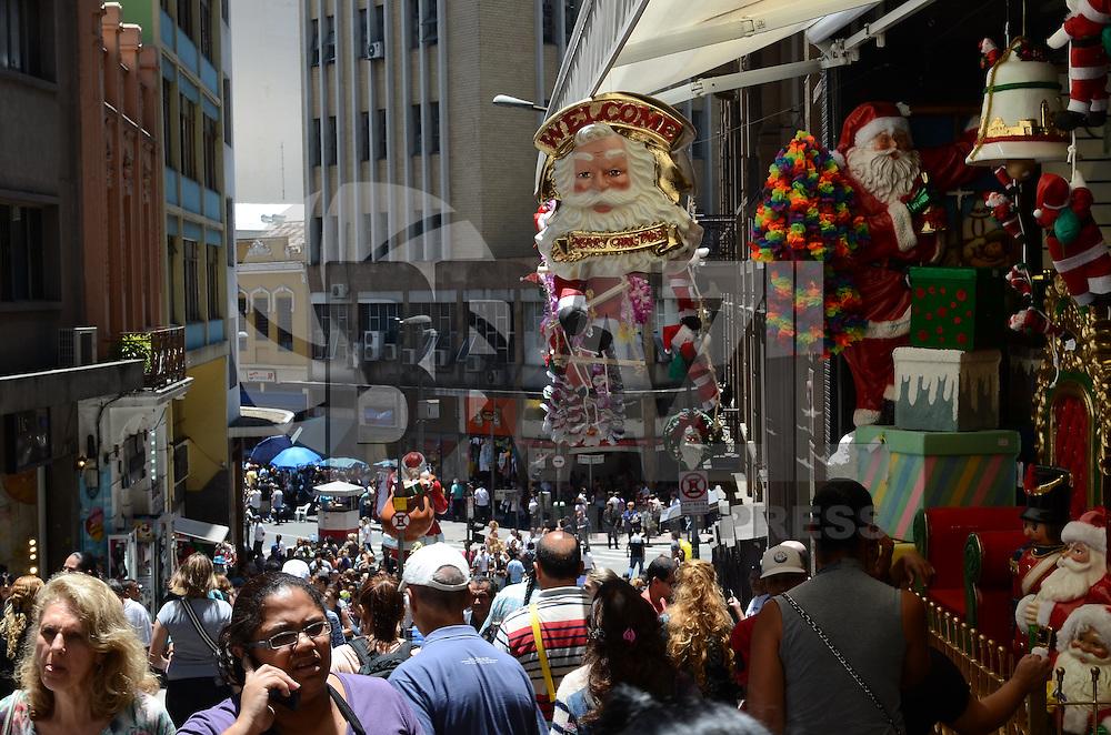 ATENCAO EDITOR: FOTO EMBARGADA PARA VEICULOS INTERNACIONAIS. SAO PAULO, SP, 06 DE NOVEMBRO DE 2012 - Movimentacao de consumidores na rua 25 de marco, regiao central da capital, no inicio da tarde desta terca feira. A regiao de comercio popular da 25 de Marco ja vende decoracoes, enfeites e presentes para o Natal. FOTO: ALEXANDRE MOREIRA - BRAZIL PHOTO PRESS