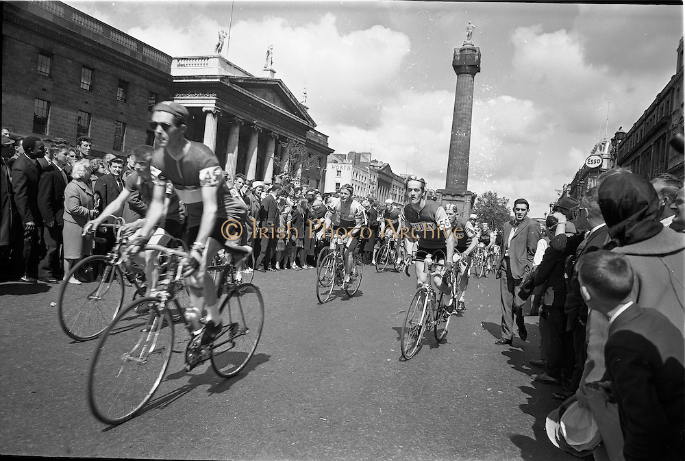 05/08/1962<br /> 08/05/1962<br /> 05 August 1962 <br /> Start of An Rás Tailtean from the G.P.O. Dublin. Image shows the cyclists at the beginning of the race.