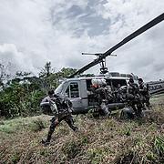Perù, Aguaytia. Un'operazione congiunta di Corah, l'agenzia governativa che si dedica all'eradicazione delle piante di coca e la Dirandro, la polizia antidroga. Gli elicotteri sono stati donati dall'ambasciata americana.